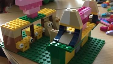Børnegruppen leger med LEGO